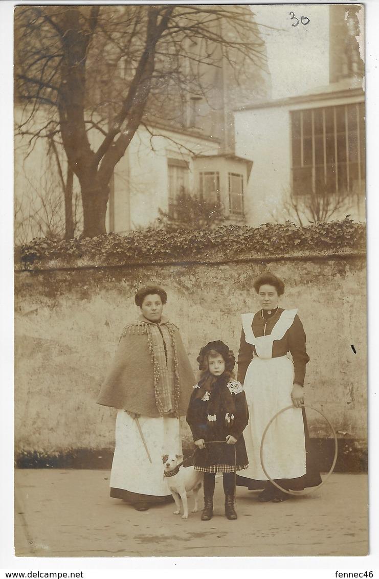 Photographie D'époque - Fillette, Chien Et 2 Dames Tenant Les Jouets (cerceaux Et Baguette) - A Identifier (X186) - Photographie