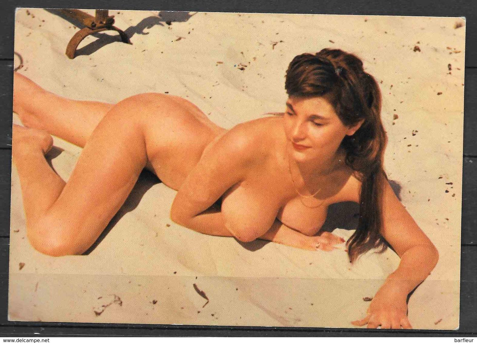 Jeune Femme Nue Allongée Sur Le Sable - Nus Artistiques (1960-…)
