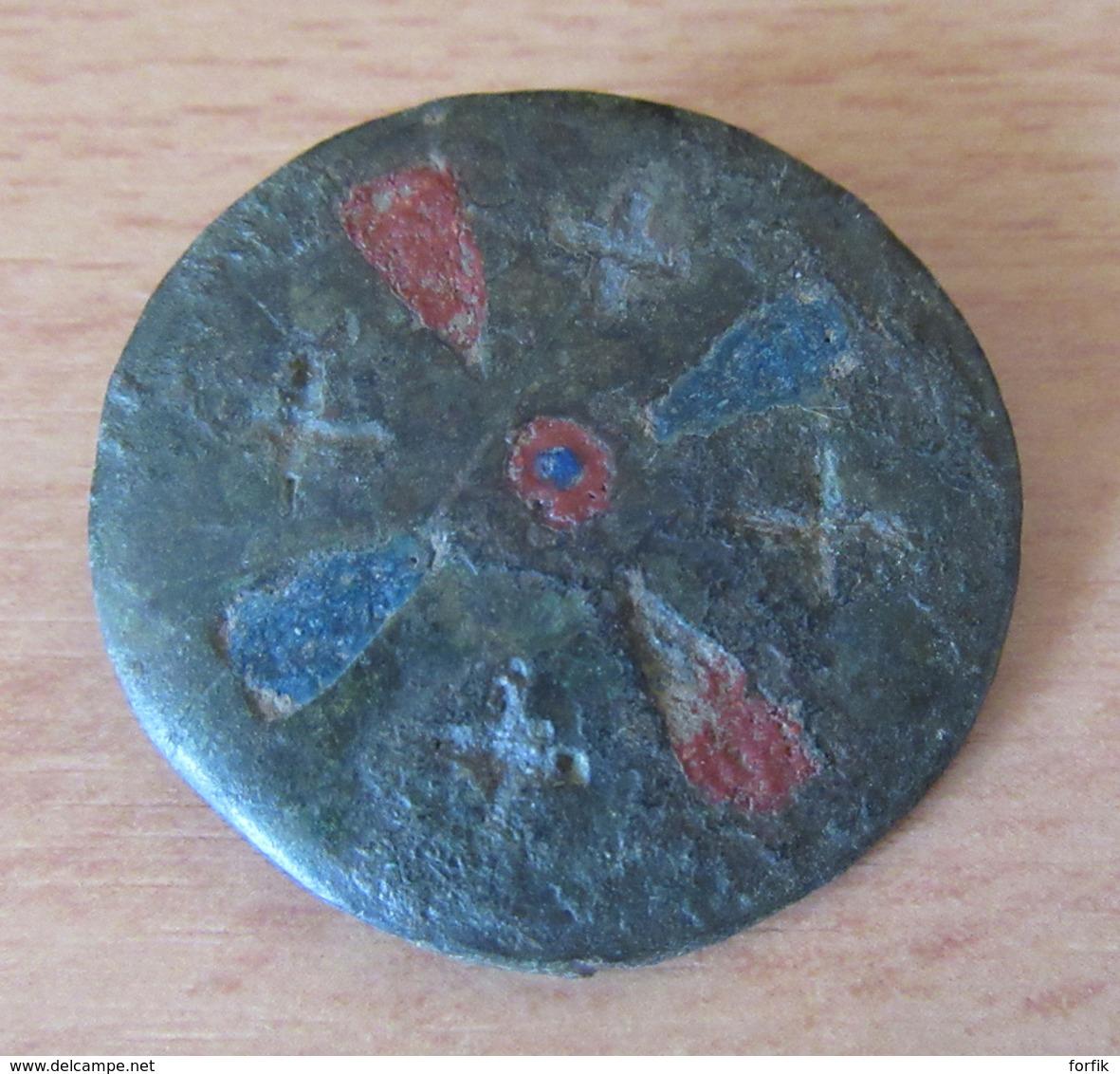 Fibule Romaine Circulaire Monétiforme à Identifier - Partiellement émaillée - Avec Son Ardillon - Archaeology