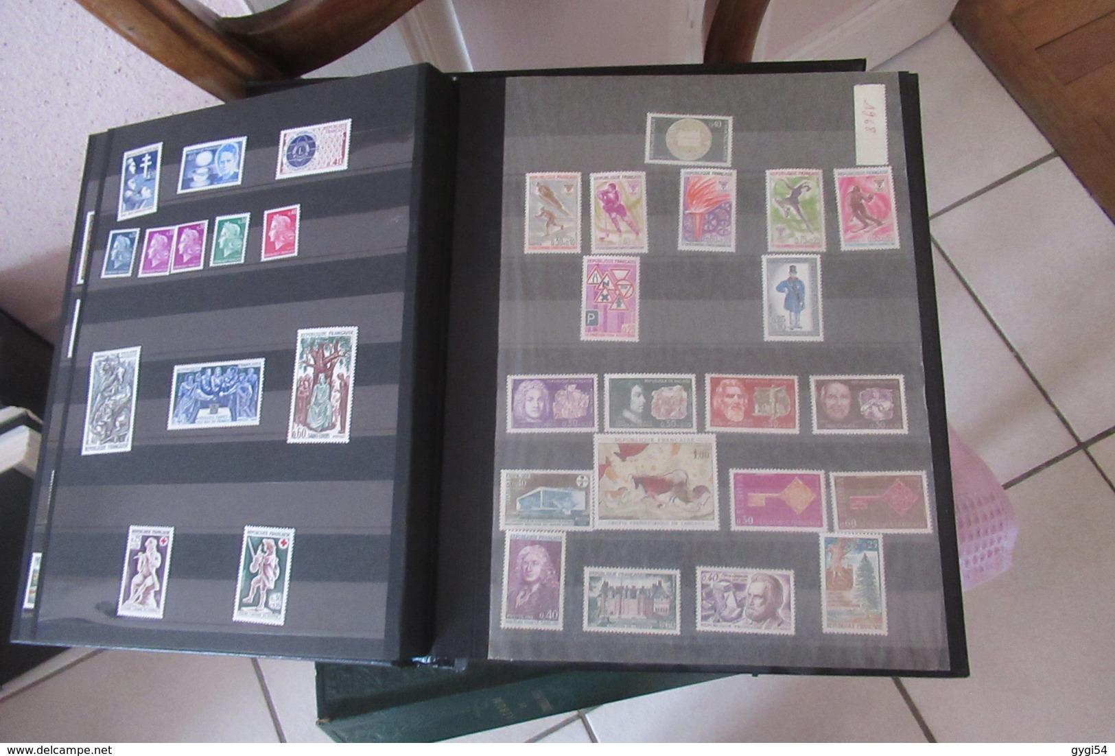 4 Classeurs  1900 - 1975    DONT    Classeur Noir 1960 - 1975  N** MNH      90    Scans - Timbres