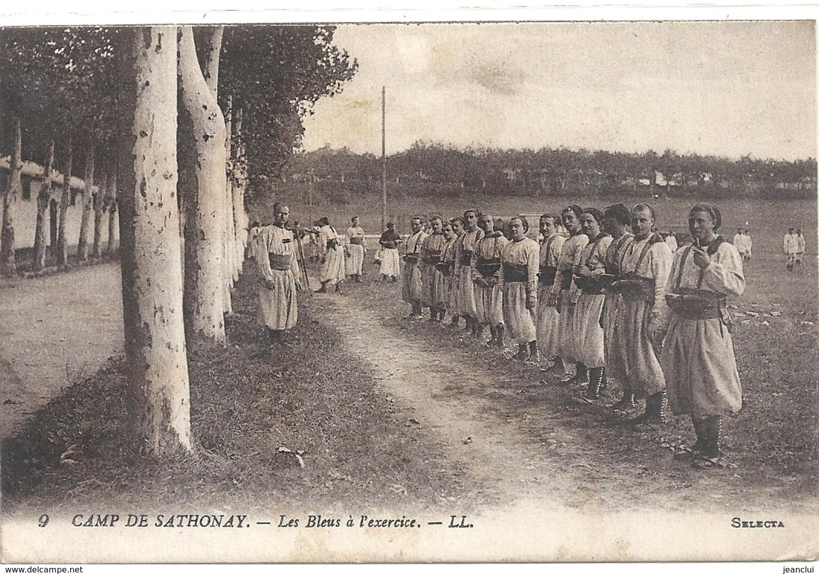 9. CAMP DE SATHONAY - LES BLEUS A L'EXERCICE . CARTE ECRITE AU VERSO LE 9-1-1917 - Autres Communes