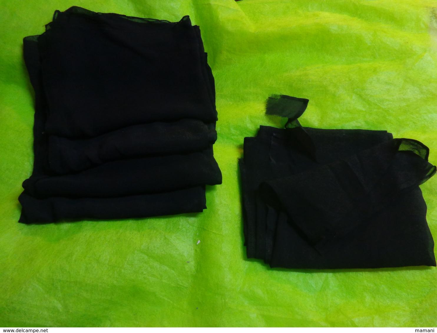 Lot De 11 Mantilles Et 5 Crepes De Deuil - Vintage Clothes & Linen