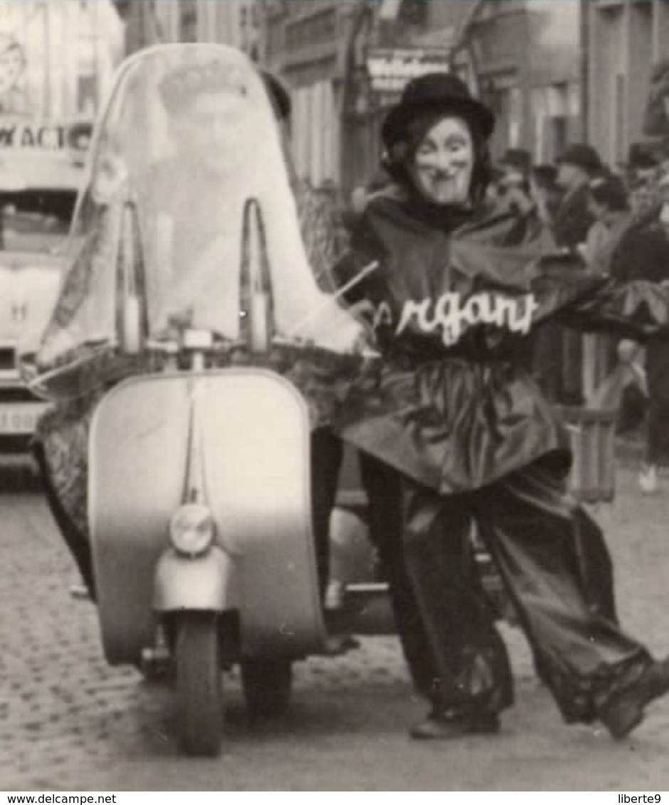 Scooter Vespa 1953 Carnaval Aalst Alost Déguisement En Hitler  - Photo C.86 X 124mm 2 Scans Side-car ? Remorque Belgique - Automobiles