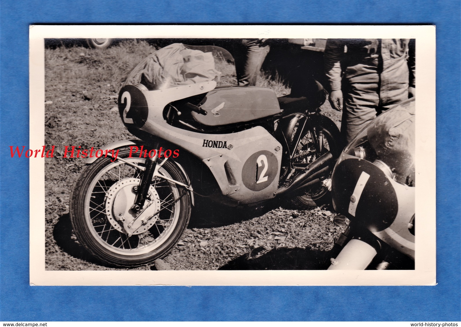 Photo Ancienne Snapshot - Lieu à Situer , MONZA ? - Belle Moto HONDA - Modèle à Identifier - Automobiles