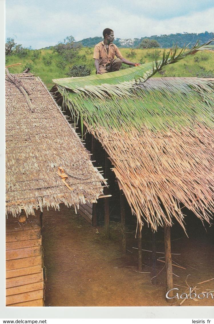 CP - PHOTO - HABITAT TRADITIONNEL DU GABON - POSE DE TUILES DE PAILLE DE RAPHIA - 02/12 - A 672 K - TROPICOLOR - Gabón