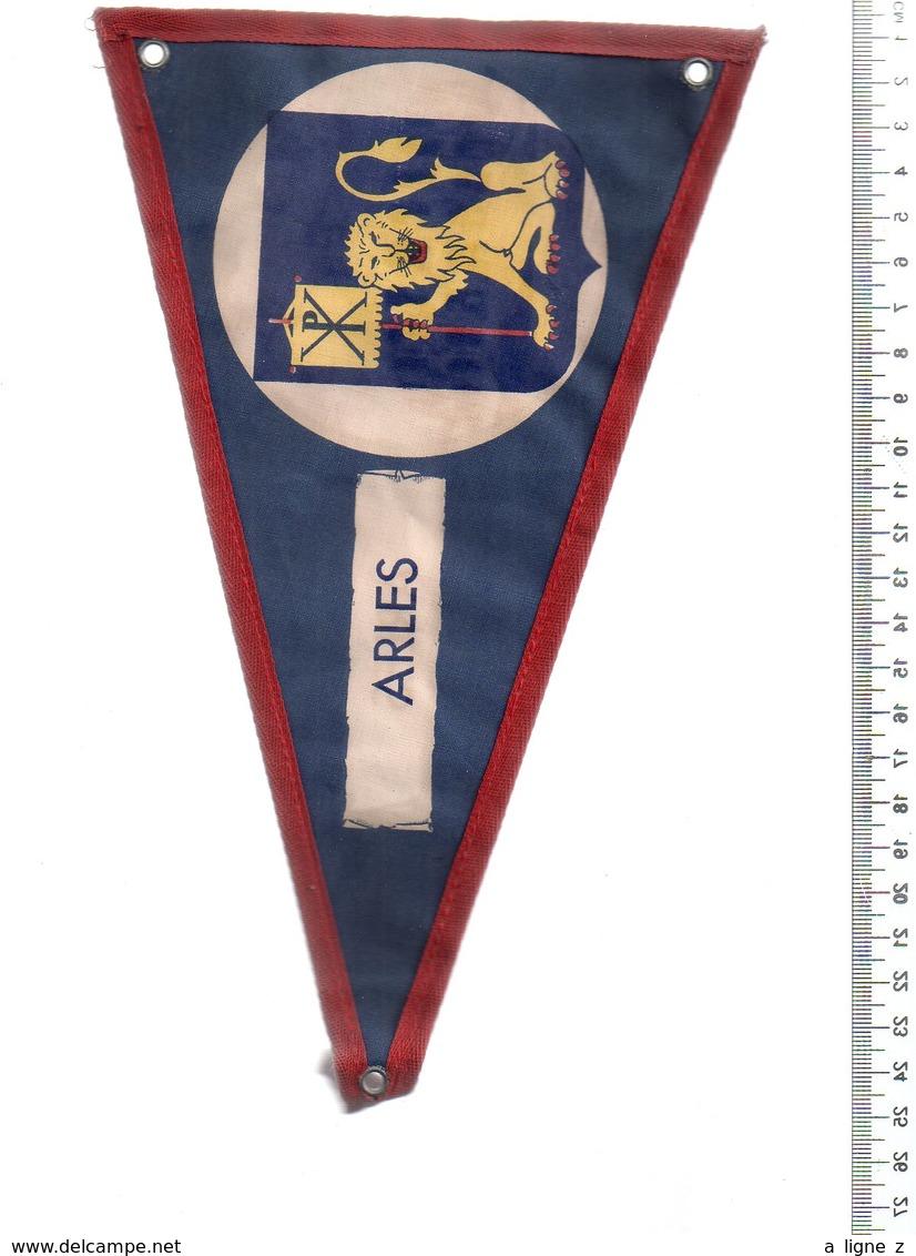 REF ENV : Fanion Flag Pennant Stendardo Touristique Ancien : Arles - Obj. 'Souvenir De'