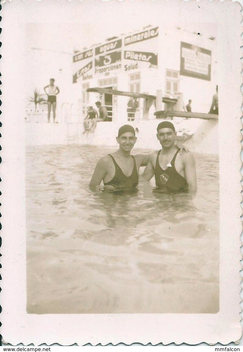 Snapshot MEN HOMMES Young Man & Teen Boy Garcon S Nude Nu In Swimsuit Hug In Pool Piscine Photo Petit Format 30' Gay Int - Anonymous Persons