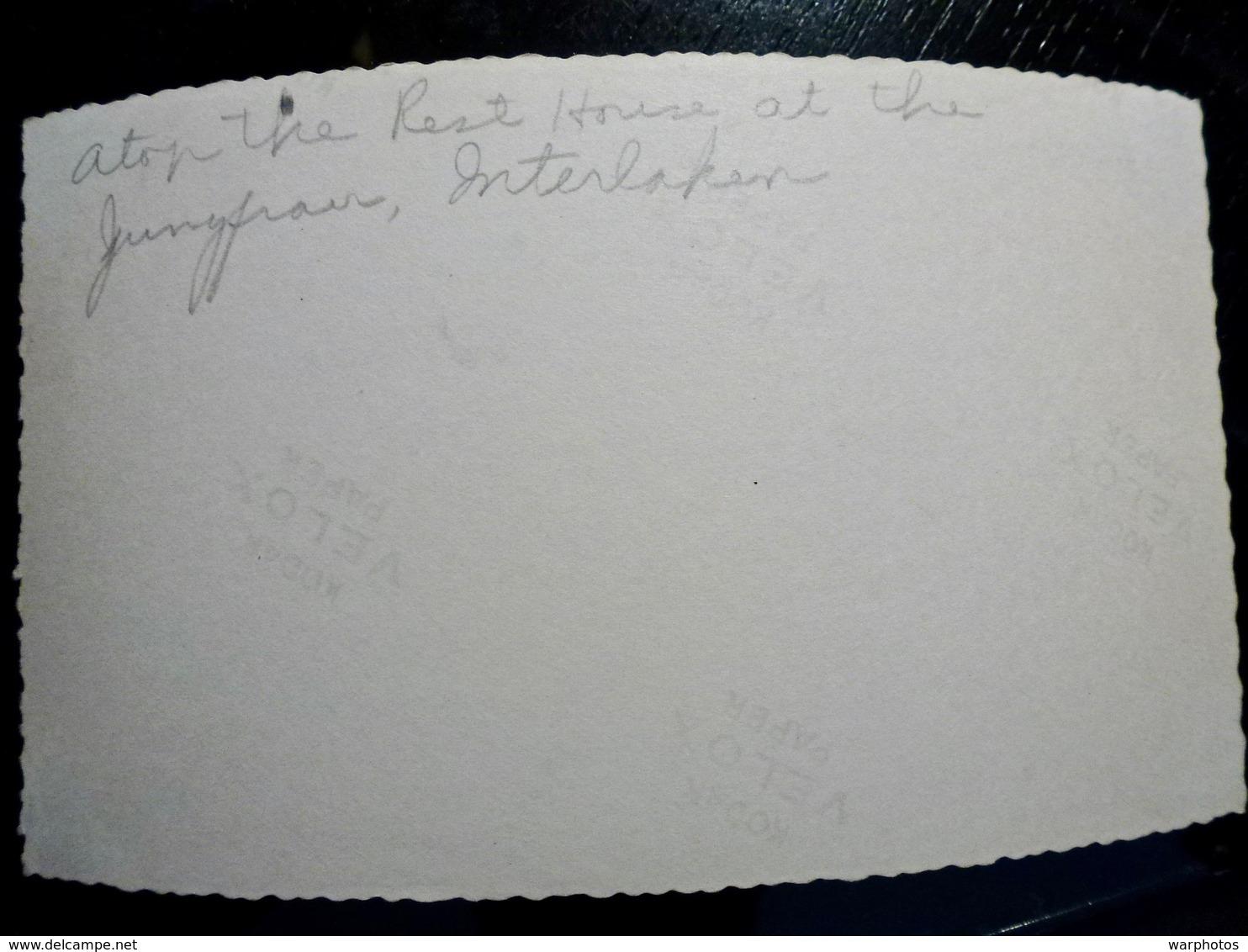 PHOTO ORIGINALE _ VINTAGE SNAPSHOT : MAMIE _ TERRASSE CHALET _ INTERLAKEN _ SUISSE _ 1957 - Lieux