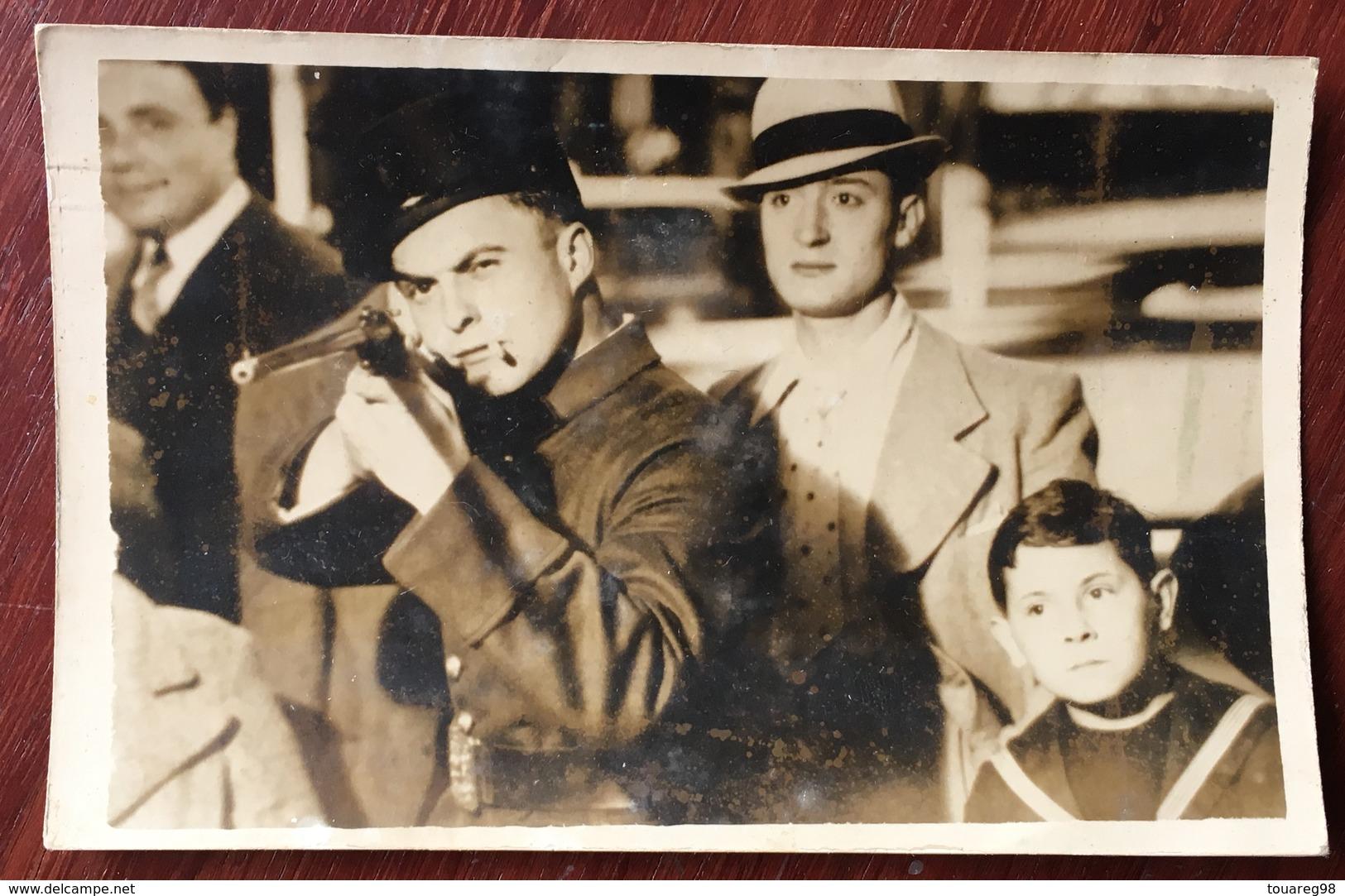 Carte Photo D'un Tir Forain. Soldat Clope Au Bec. - Cartes Postales