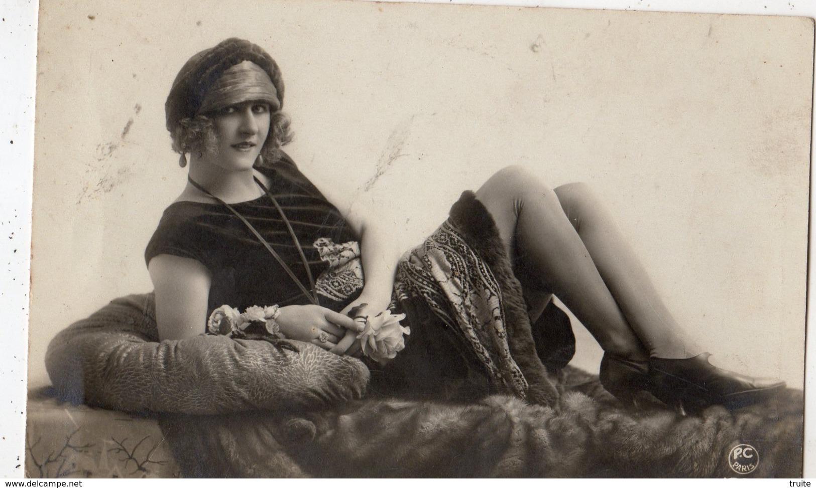 CARTE PHOTO EROTIQUE JEUNE FEMME SUR UNE FOURRURE - Beauté Féminine D'autrefois < 1920