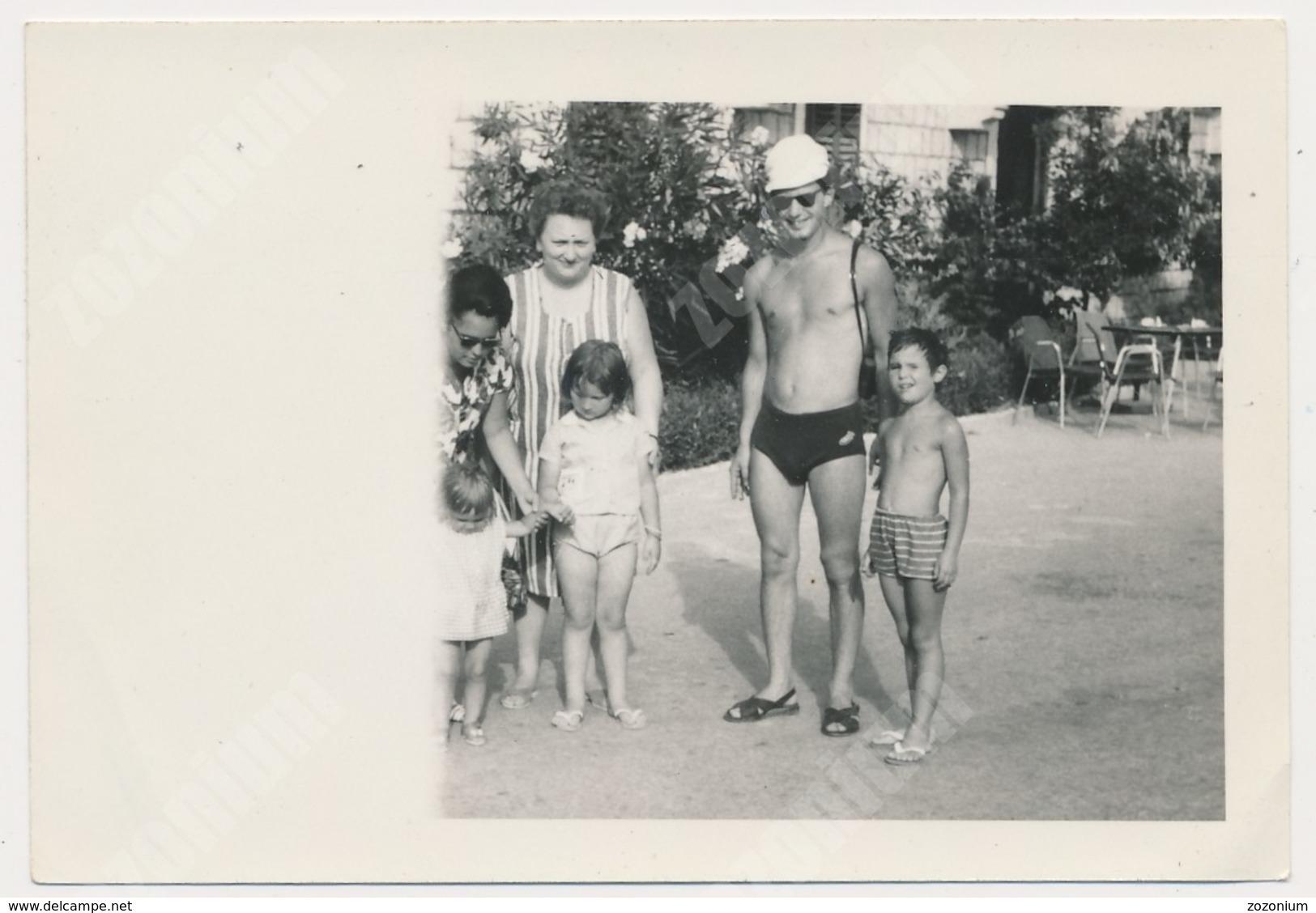 REAL PHOTO Ancienne Beach Group , Man Boy Kids Homme  Garcon Enfants Sur La Plage ORIGINAL - Personnes Anonymes