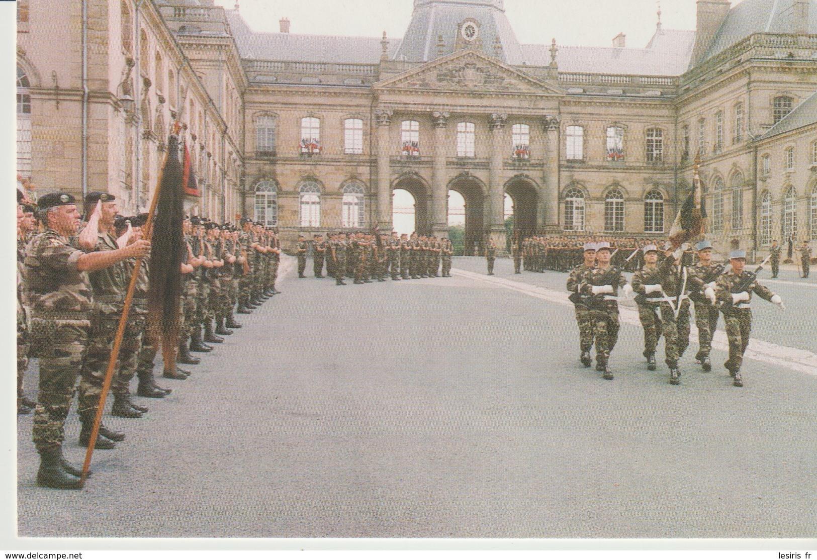 C.P. - PHOTO - DISSOLUTION DU 3° CUIRS - LUNEVILLE 27 JUIN 1998 - LA GARDE VA REMETTRE SON ÉTENDARD AU CAPITAINE GEORGE - Casernas