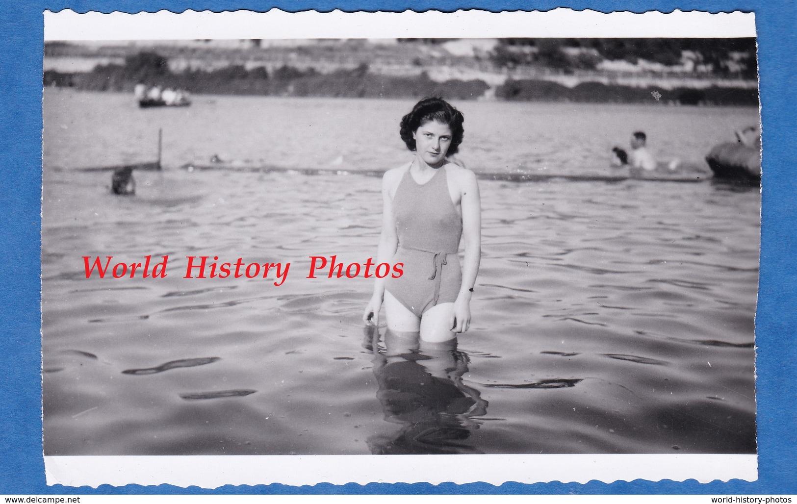 Photo Ancienne Snapshot - Beau Portrait D'une Jeune Femme Dans L'eau - Maillot De Bain Pose Regard Sexy Fille Girl Mode - Pin-Ups