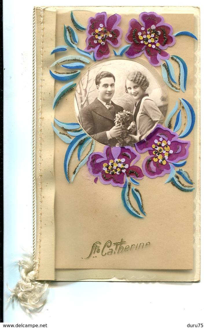 CPA STE CATHERINE Genre De Celluloïd Souple - Système Livret Fleurs Paillettes Fenêtre Ronde Ouverte Sur Couple Amoureux - Sainte-Catherine