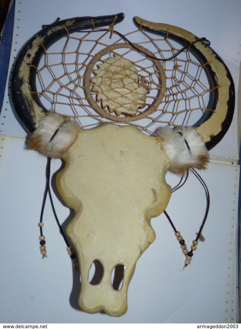 GRANDE SCULPTURE SQUELETTE TETE DE BUFFLE  EN RESINE AVEC INDIEN TBE - Sculture