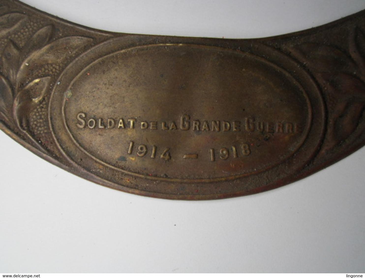 PLAQUE DE CASQUE ADRIAN D HONNEUR SOLDAT DE LA GRANDE GUERRE 1914 1918 (non Nettoyée) - Casques & Coiffures