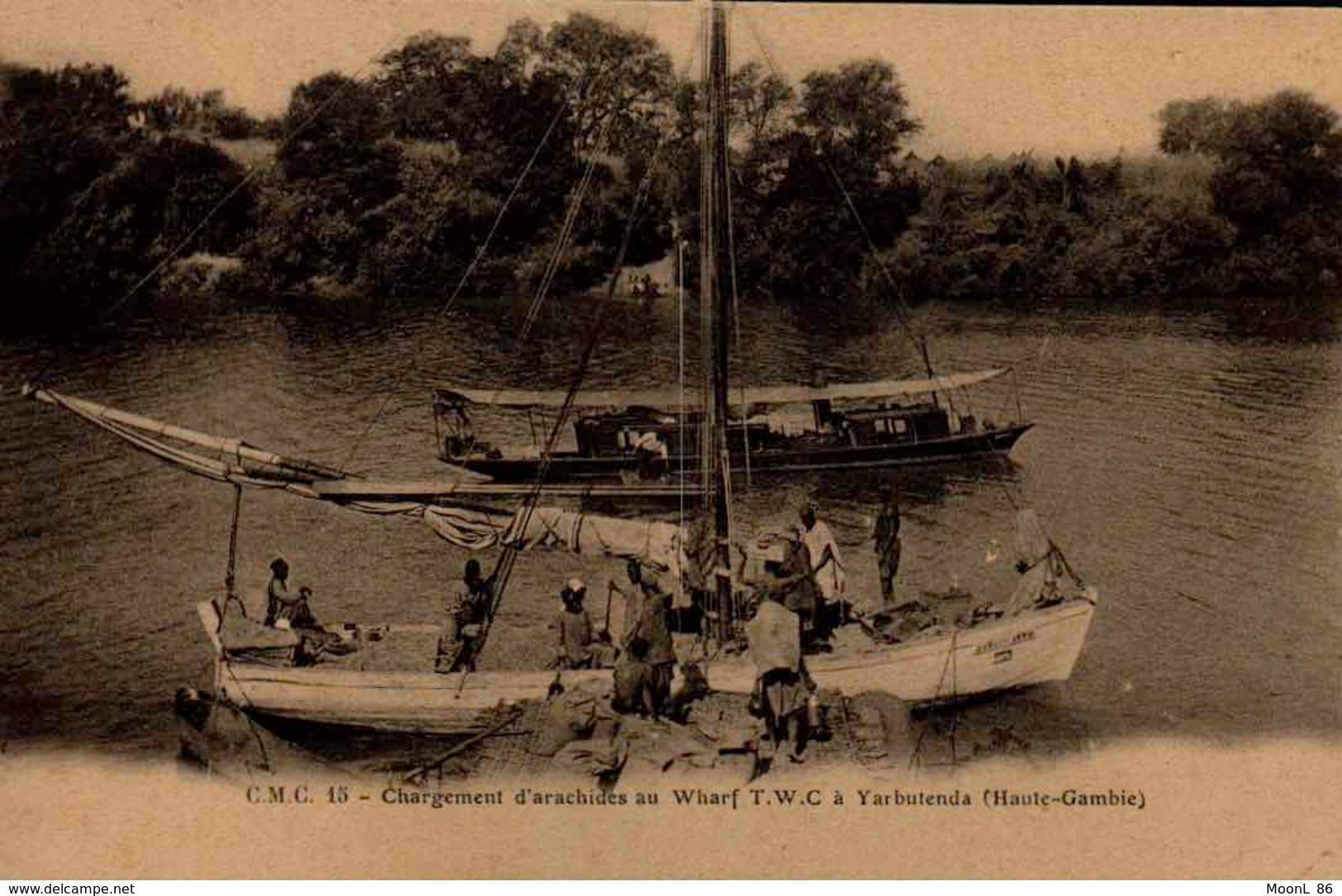 GAMBIE - Ancienne AFRIQUE OCCIDENTALE - CHARGEMENT D ARACHIDES AU WHARF T.W.C. A YARBUTENDA - Gambie