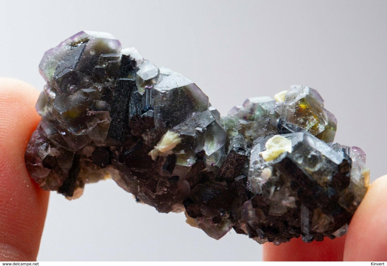 Fluorite Verte Avec Tourmaline Noire Et Mica, Monts Erongo, Namibie. 10 Gr. 5,2 X 2,6 X 2,2 Cm - Minéraux