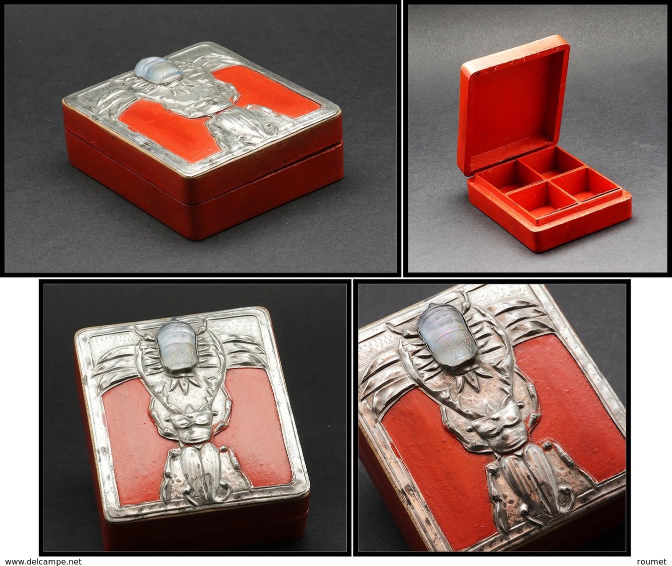 Boîte En Bois Peint, à Décor De Capricorne En étain Tenant Un Hanneton En Pâte De Verre Sur Couvercle , 4 Comp., 65x75x2 - Boites A Timbres