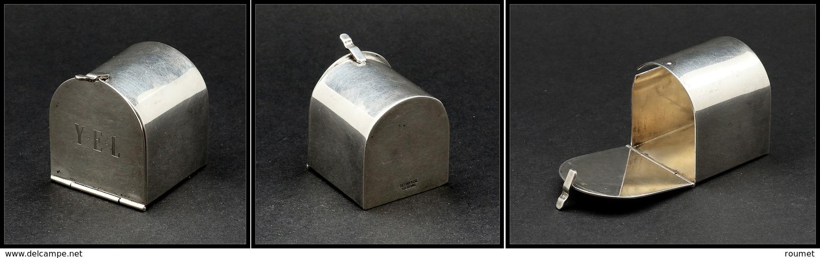 """Distributeur De Roulettes.     Modèle Tiffany & Co En Argent, En Forme De Boîte Aux Lettres US, Monogrammée """"YEL"""" En Faç - Boites A Timbres"""