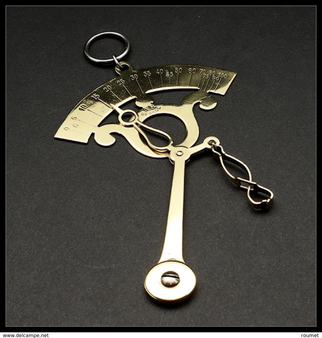 """Pèse Lettres. Archambaud N°79(2), Modèle De Poche à Contrepoids Pendulaire En Laiton Doré, """"NB Déposé"""", échelle 0/100g.  - Boites A Timbres"""