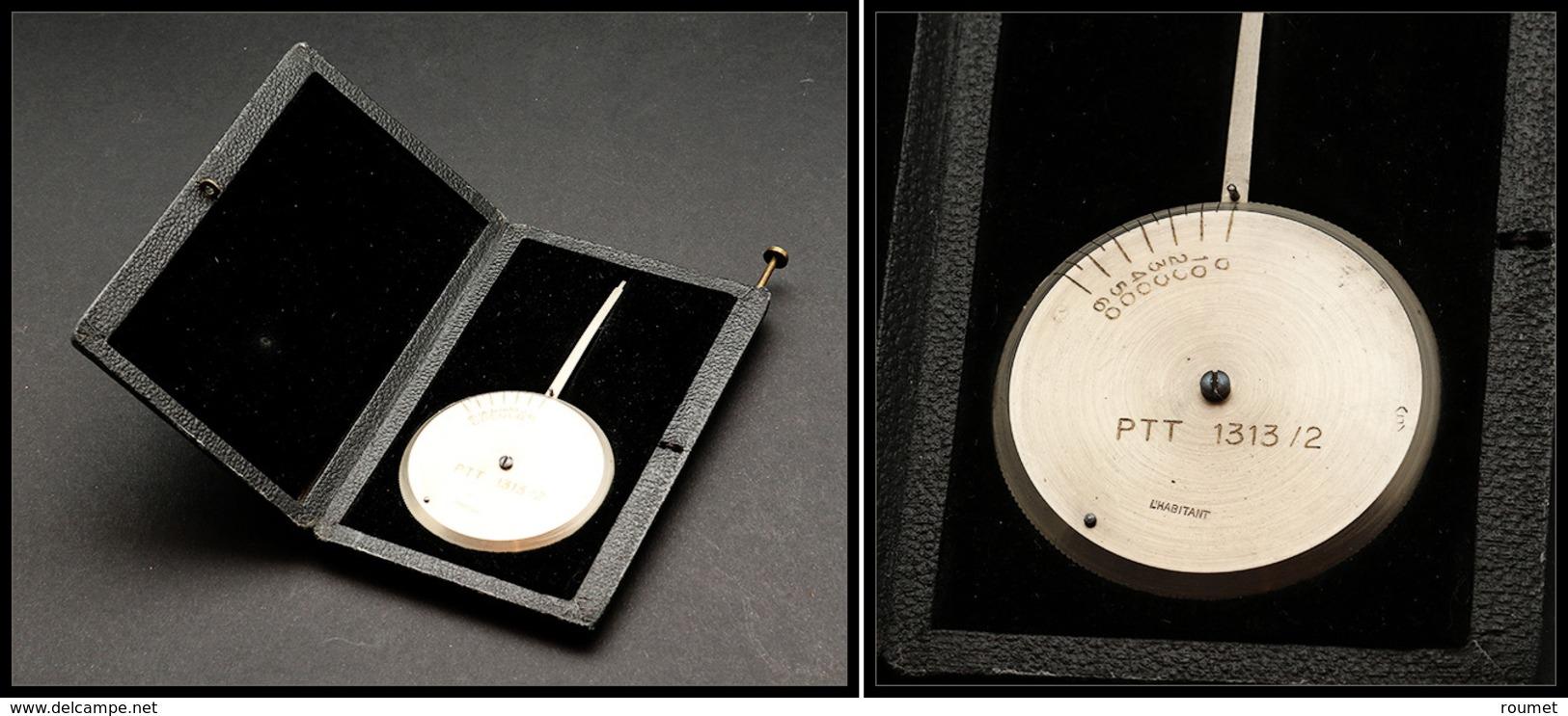 """Pèse Lettres. Modèle Circulaire De Poche En Acier, Dans Son Coffret, Marqué """"PTT 1313/2"""", échelle 0/60g. - TB (non Signa - Boites A Timbres"""