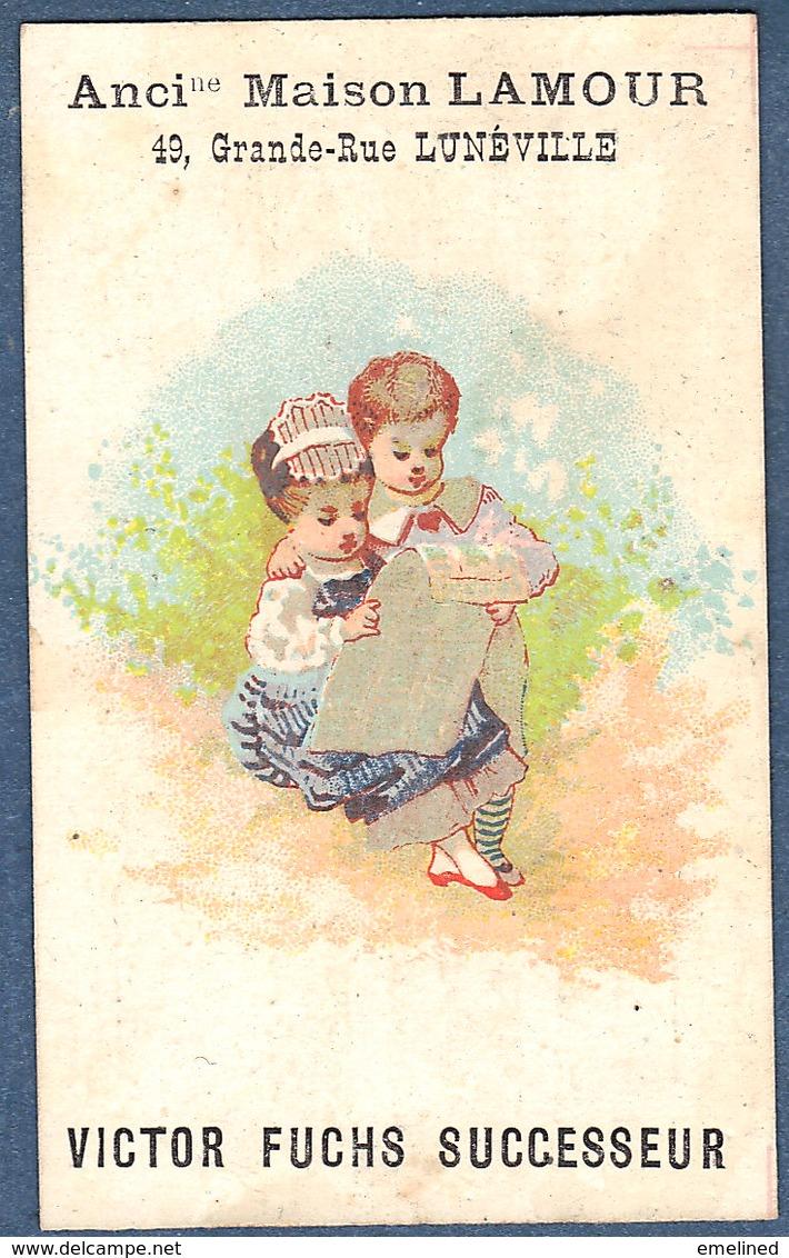 Chromo Maison Lamour Victor Fuchs Lunéville Salon Coiffure Postiche Couple Lisant Le Journal - Chromos