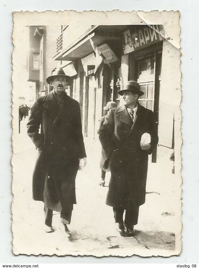 Men Walk Along The Sidewalk In The City Rg190-184 - Personnes Anonymes