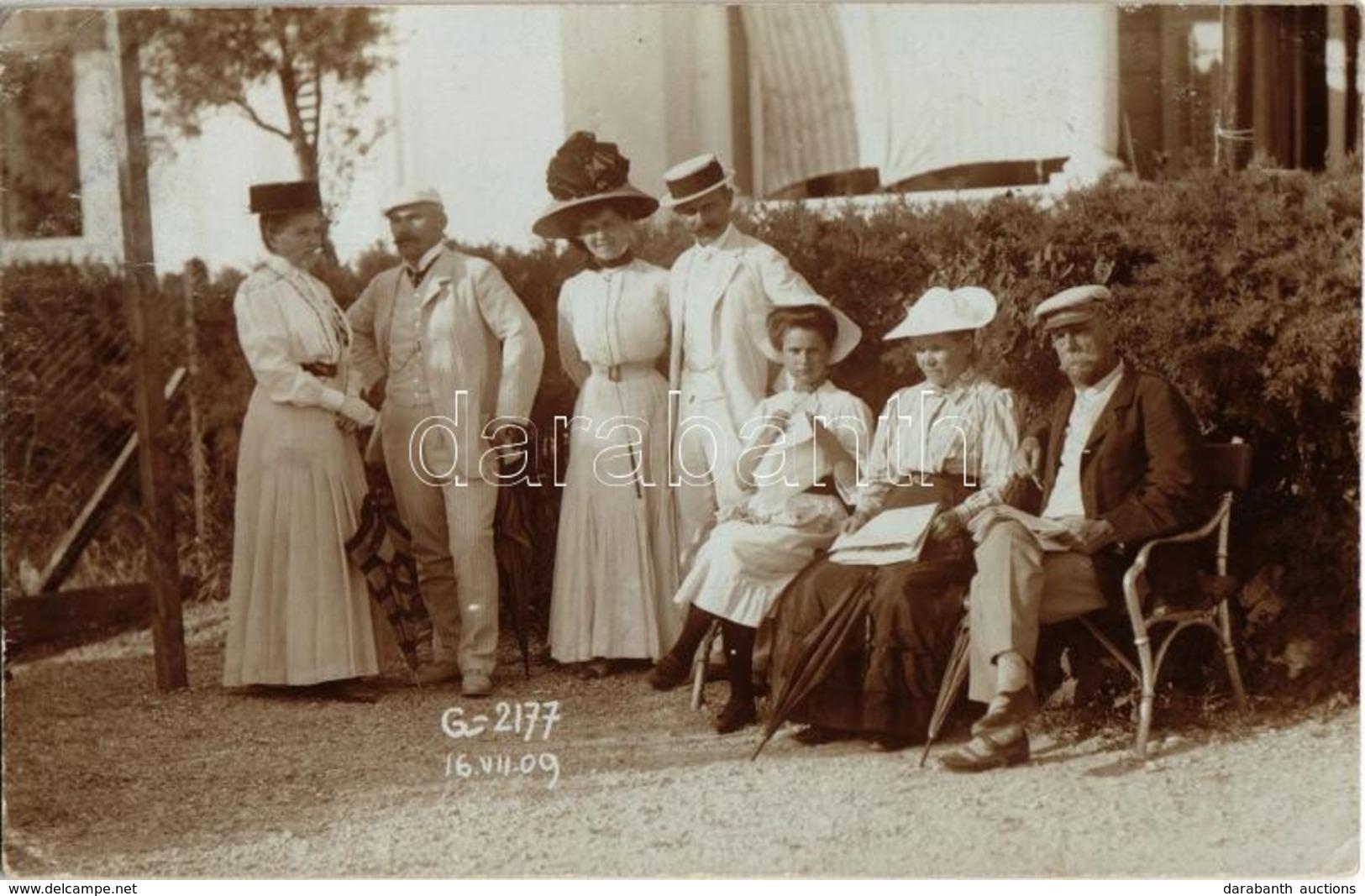 T2/T3 1909 Grado, Ladies And Gentlemen At The Beach. Strand-Atelier Wessely Photo (EK) - Postcards