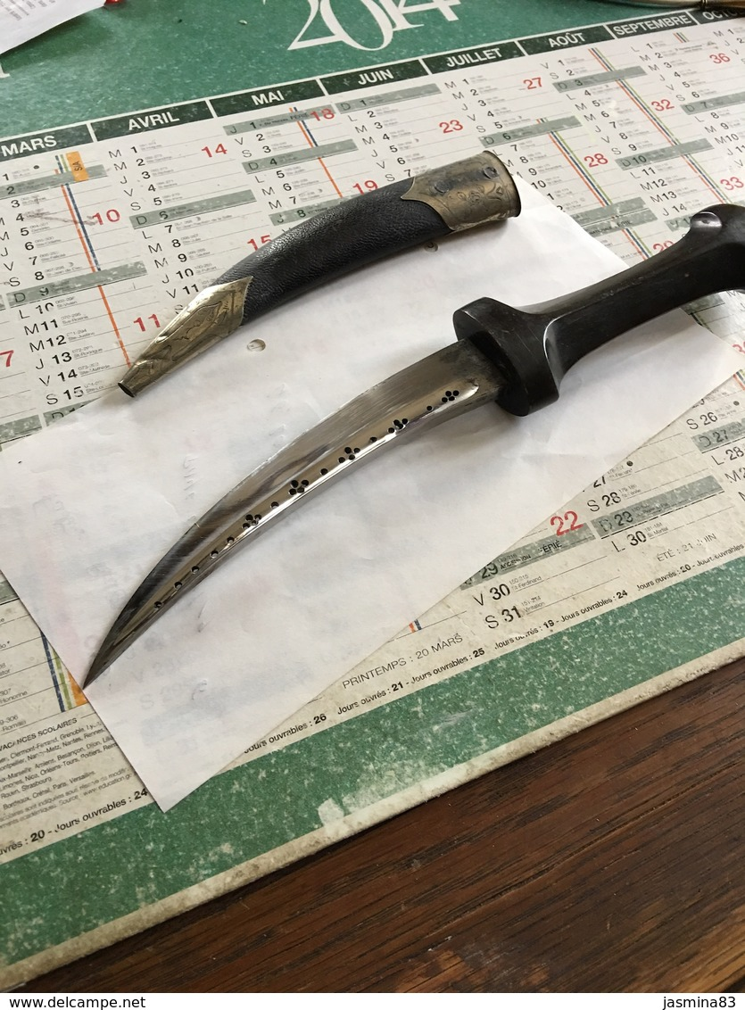 Couteau De 28 Cm Avec Une Lame Courbé Avec Un Fourreau Joliment Décoré - Autres