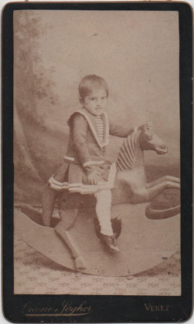 Fotografia Su Cartoncino Cm. 6,5 X 10,5 Con Bambino Su Cavallo A Dondolo. Fotografia Licene E Fagher Venezia - Anonymous Persons