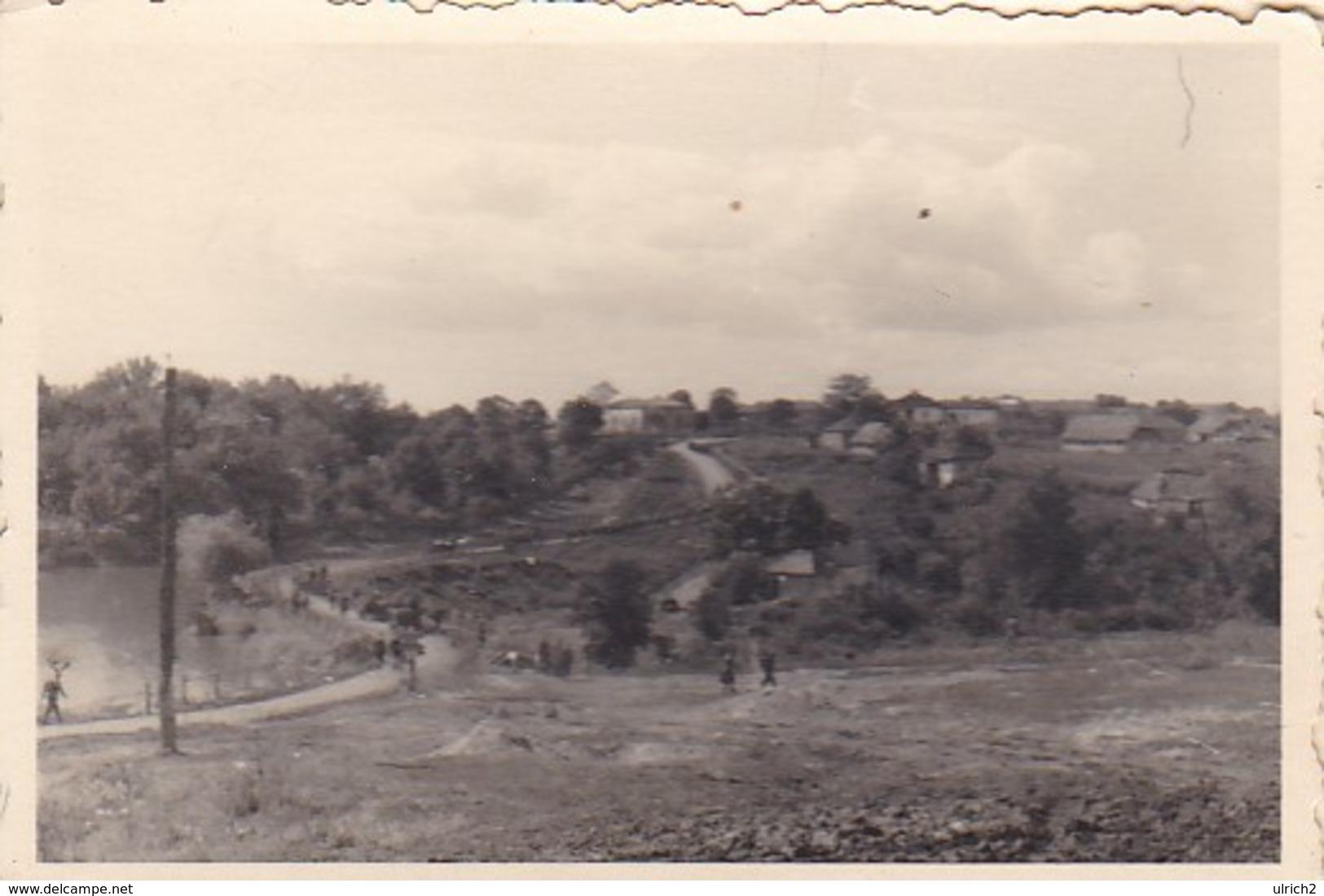 Foto Deutsche Soldaten - Marschkolonne Auf Landstrasse -  2. WK - 8*5,5cm (41206) - Krieg, Militär