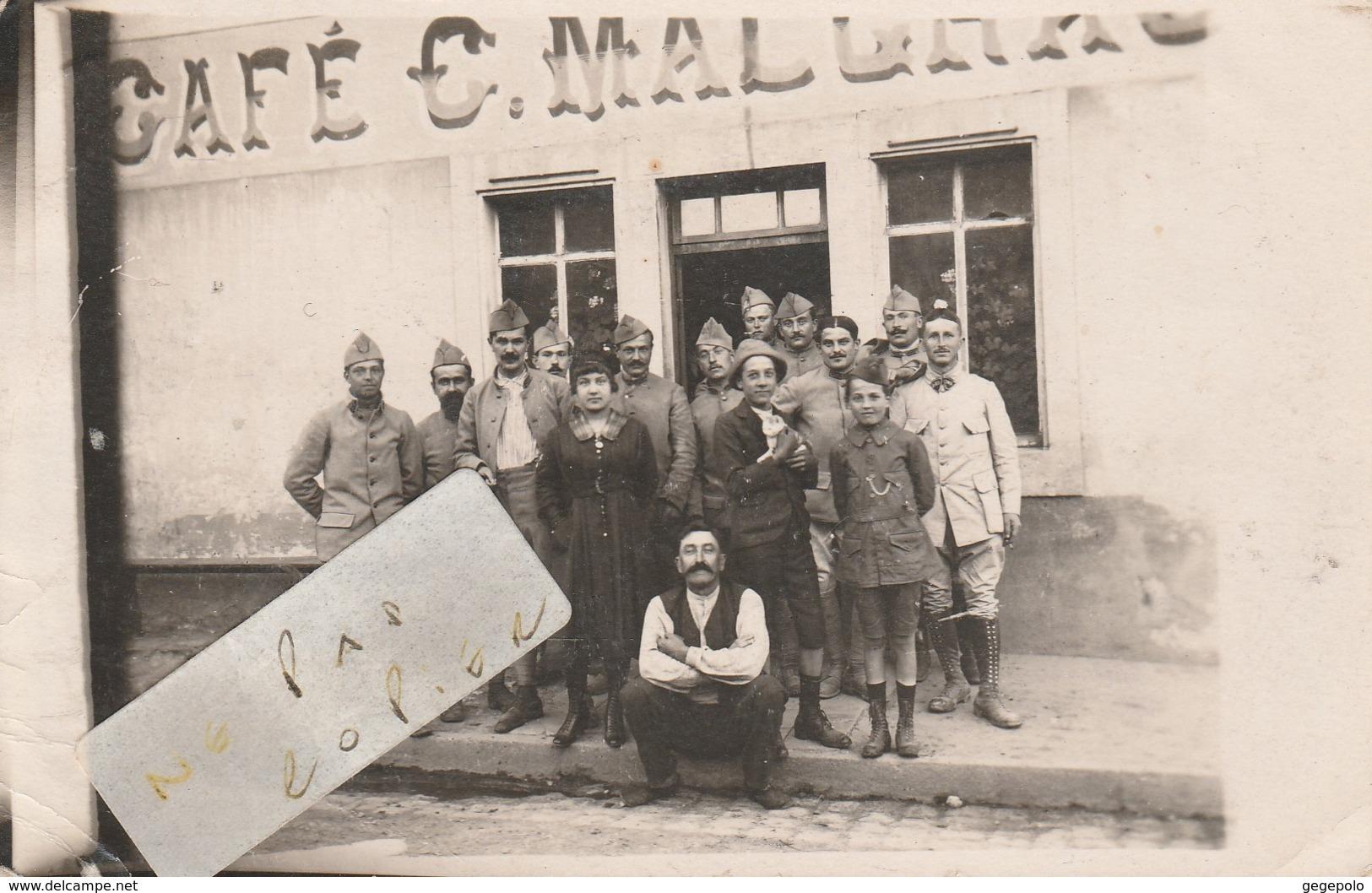 CHAMPENOUX - Un Groupe Dont Des Militaires Posant Devant Le Café C.MALGRAS ( Carte-photo ) - Other Municipalities