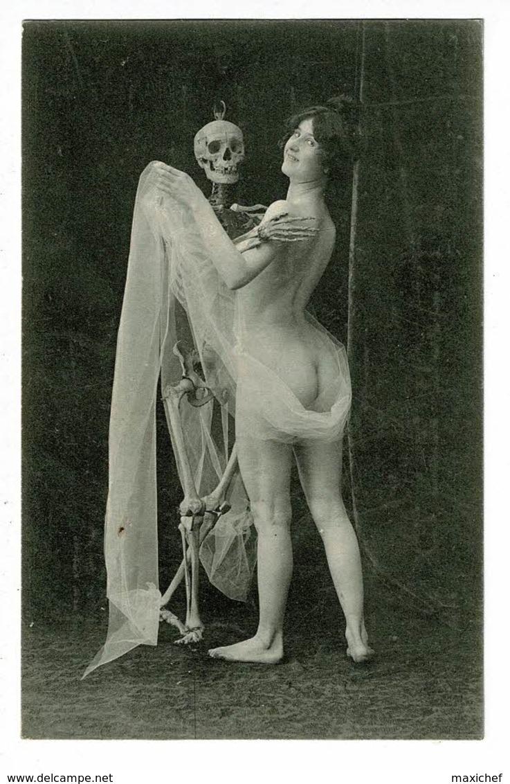Carte Photo - Femme Nue Dansant Avec Un Squelette - Pas Circulé - Nus Adultes (< 1960)