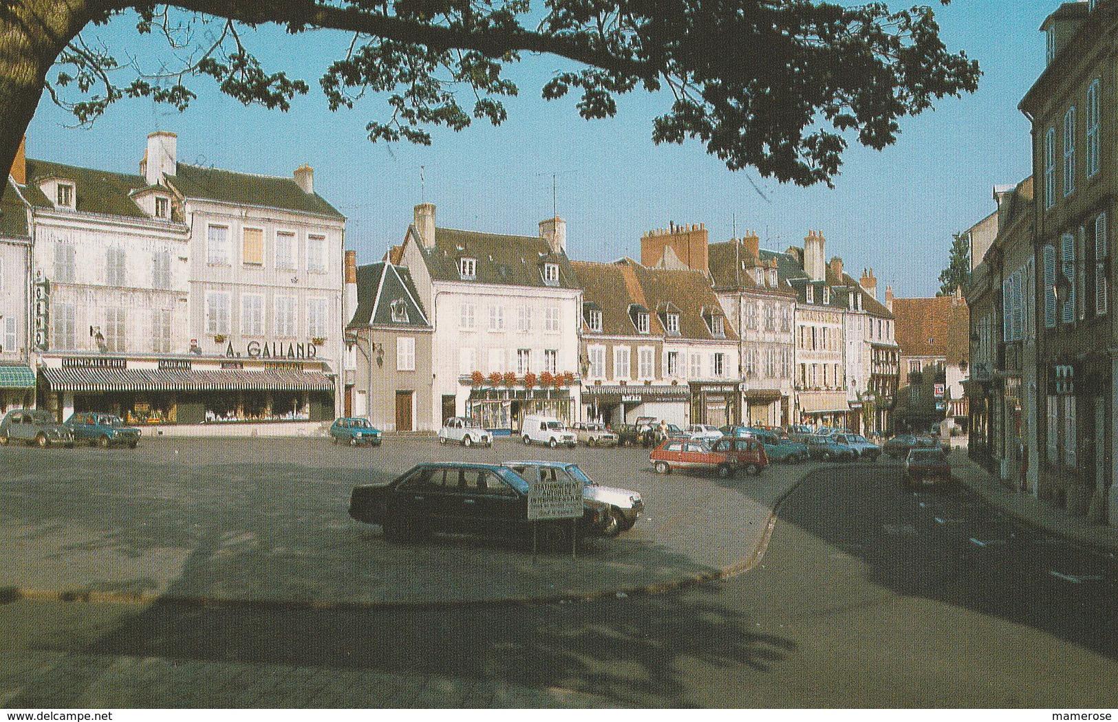 LA CHATRE (36). La Place Du Marché Bordée Par Ces Vieilles Maisons. Magasins: Quincaillerie A.Galland. Voitures - La Chatre