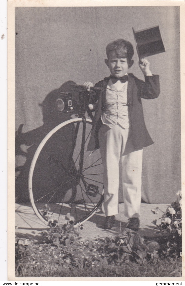 BOY WITH BICYCLE AND TOP HAT. - Otros