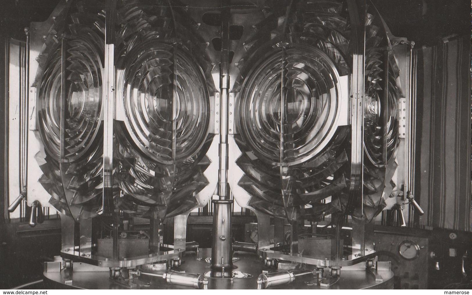 SAINT-PIERRE-PENMARCH (29). Le Phare D'Eckmühl: Son Optique Double De Chacune Deux Millons De Bougies - Lighthouses
