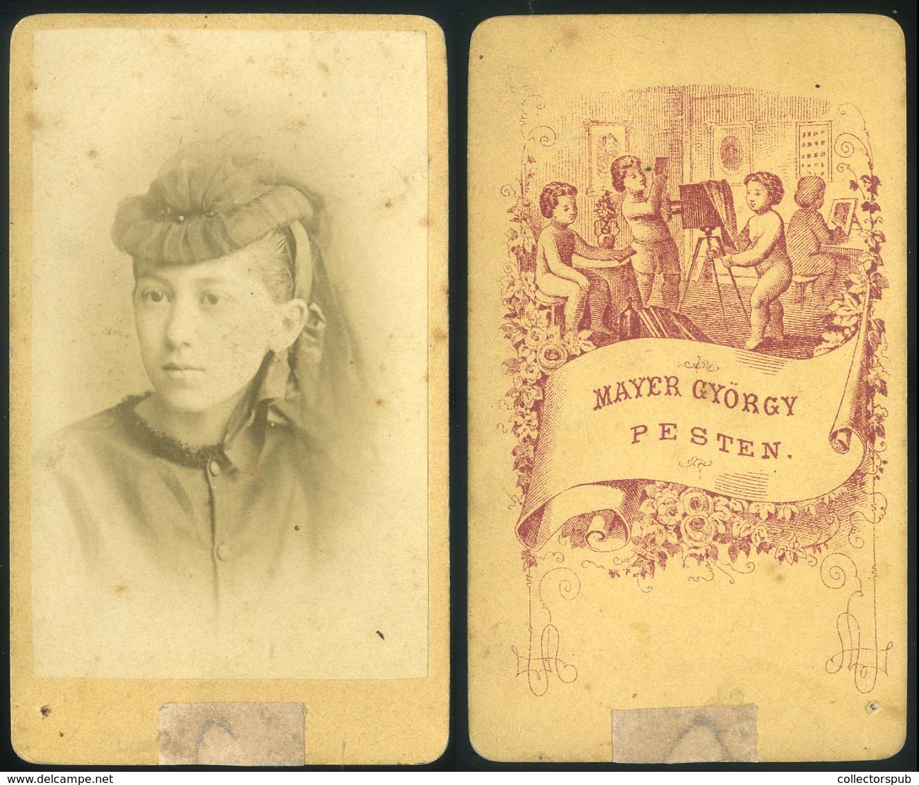 PEST 1860. Ca.  Mayer György:Ismeretlen Hölgy Visit Fotó, Igen Szép Verso (Szakács Monográfia Címlap Illusztráció) - Foto's