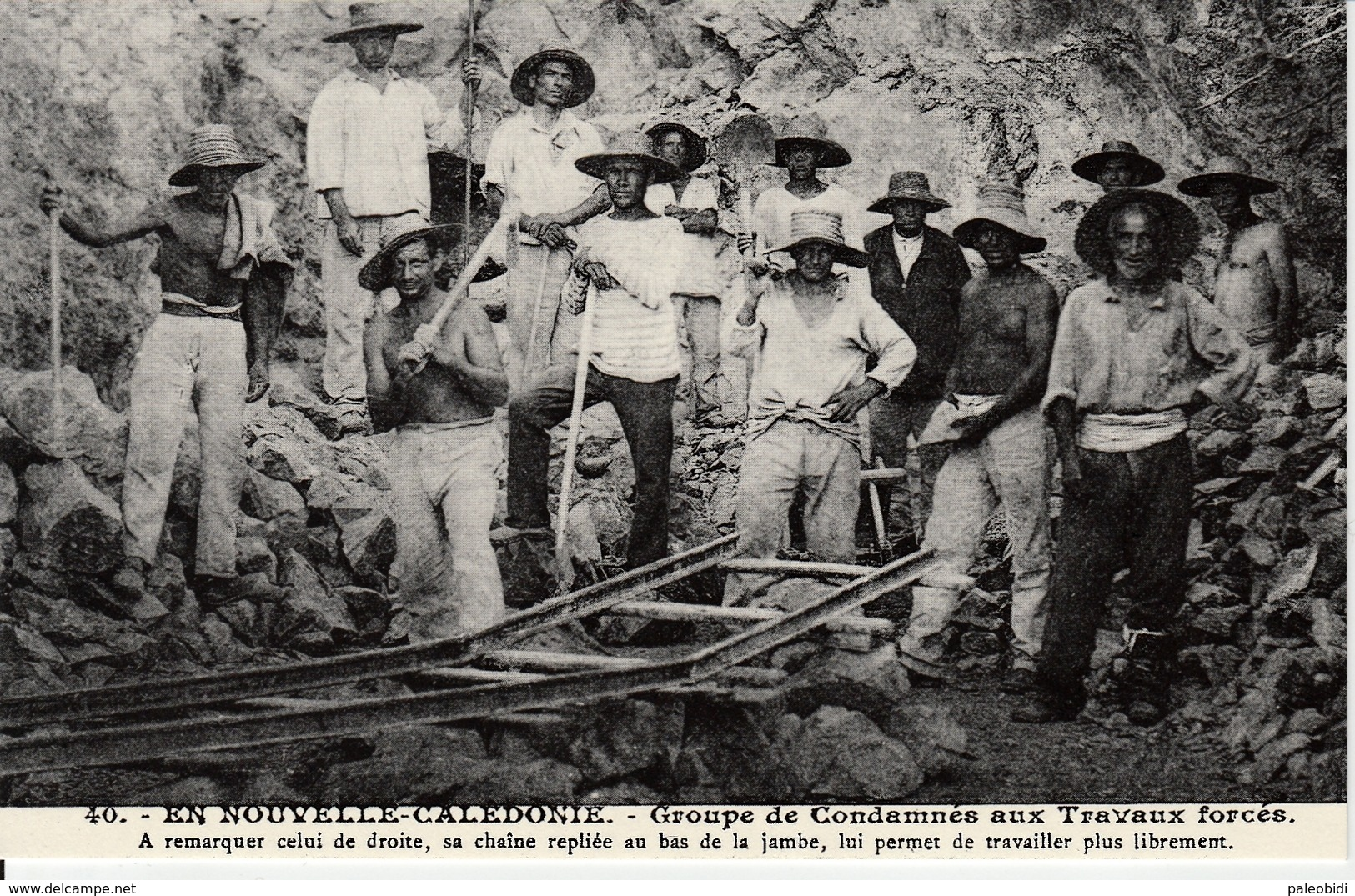 En Nouvelle Calédonie - Groupe De Condamnés Aux Travaux Forcés - Bagne & Bagnards