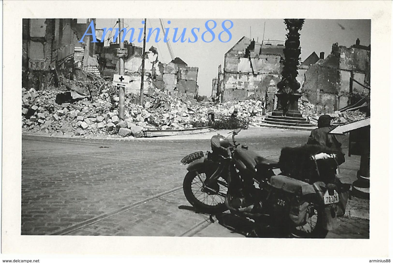 Campagne De France 1940 - Wehrmacht In Amiens, Place Gambetta, Horloge Dewailly - Motorrad BMW R 4 - Klepper-Mantel - Guerra, Militari