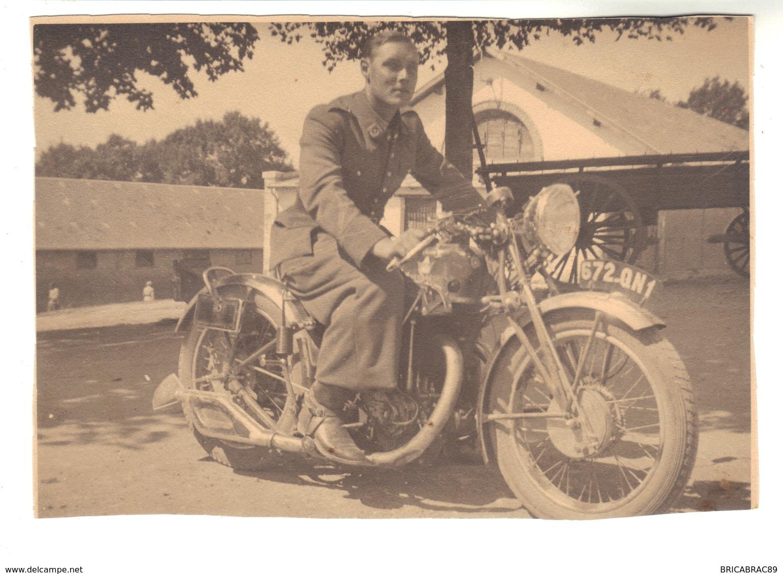 Jeune Homme Sur Une Moto - Photographs