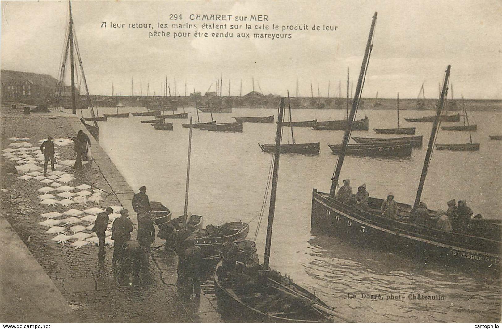 29 - CAMARET - Marins Sur La Cale Vendant Le Produit De Leur Peche Aux Mareyeurs En 1918 - Camaret-sur-Mer
