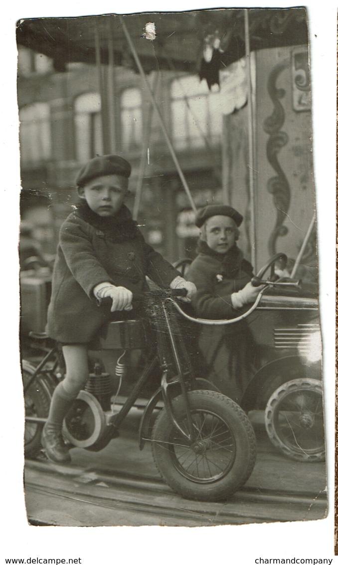Photo 13 Cm X 7 Cm - C1935 -  Manège - Foire - Enfants Sur Une Moto Et Voiture à Pédales -  2 Scans - Automobiles