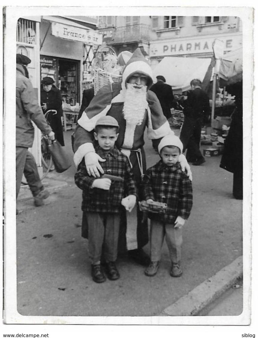 PHOTO - OLORON - Père Noël Et Les Enfants -  Ft 9 X 7 Cm - Lieux