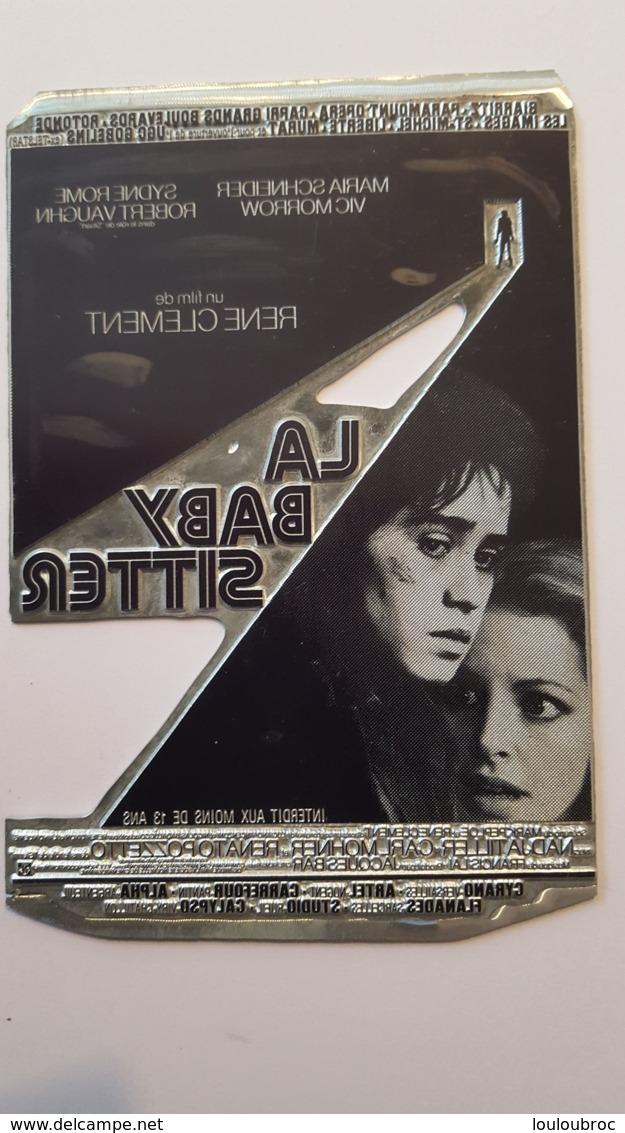 PLAQUE METAL PUBLICITAIRE FILM  LA BABY SITTER 1975 - Plaques Publicitaires