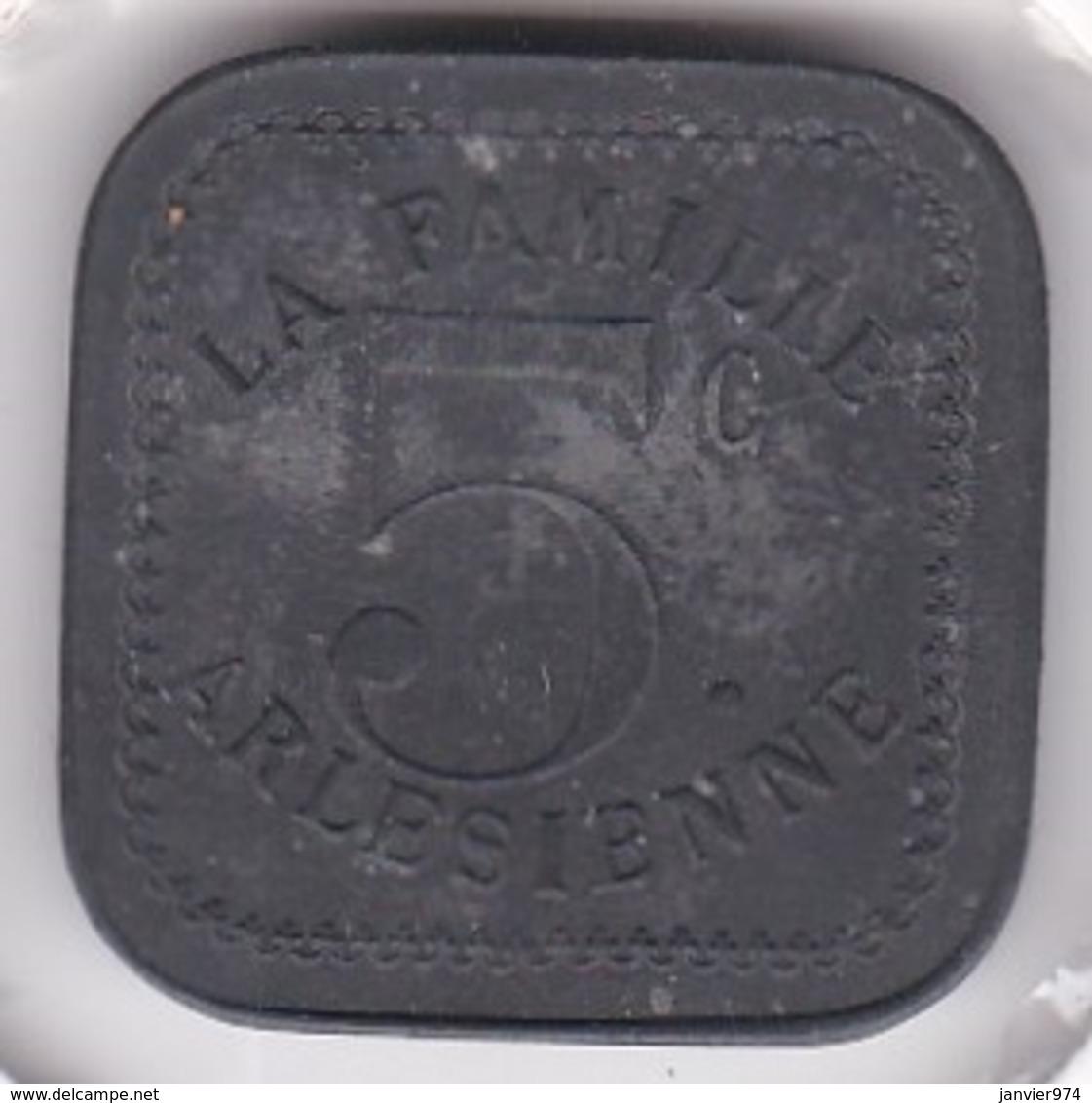 13. Bouches Du Rhône. Arles. La Famille Arlésienne 5 Centimes, En Zinc - Monétaires / De Nécessité