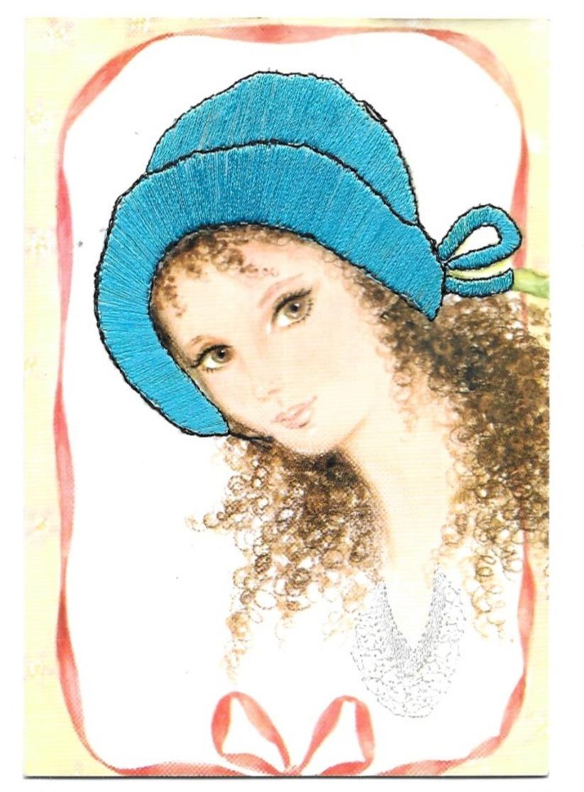 Carte Brodée Jeune Fille Avec Un Chapeau Bleu Les Editions Vacances 22190 Plerin - Bordados