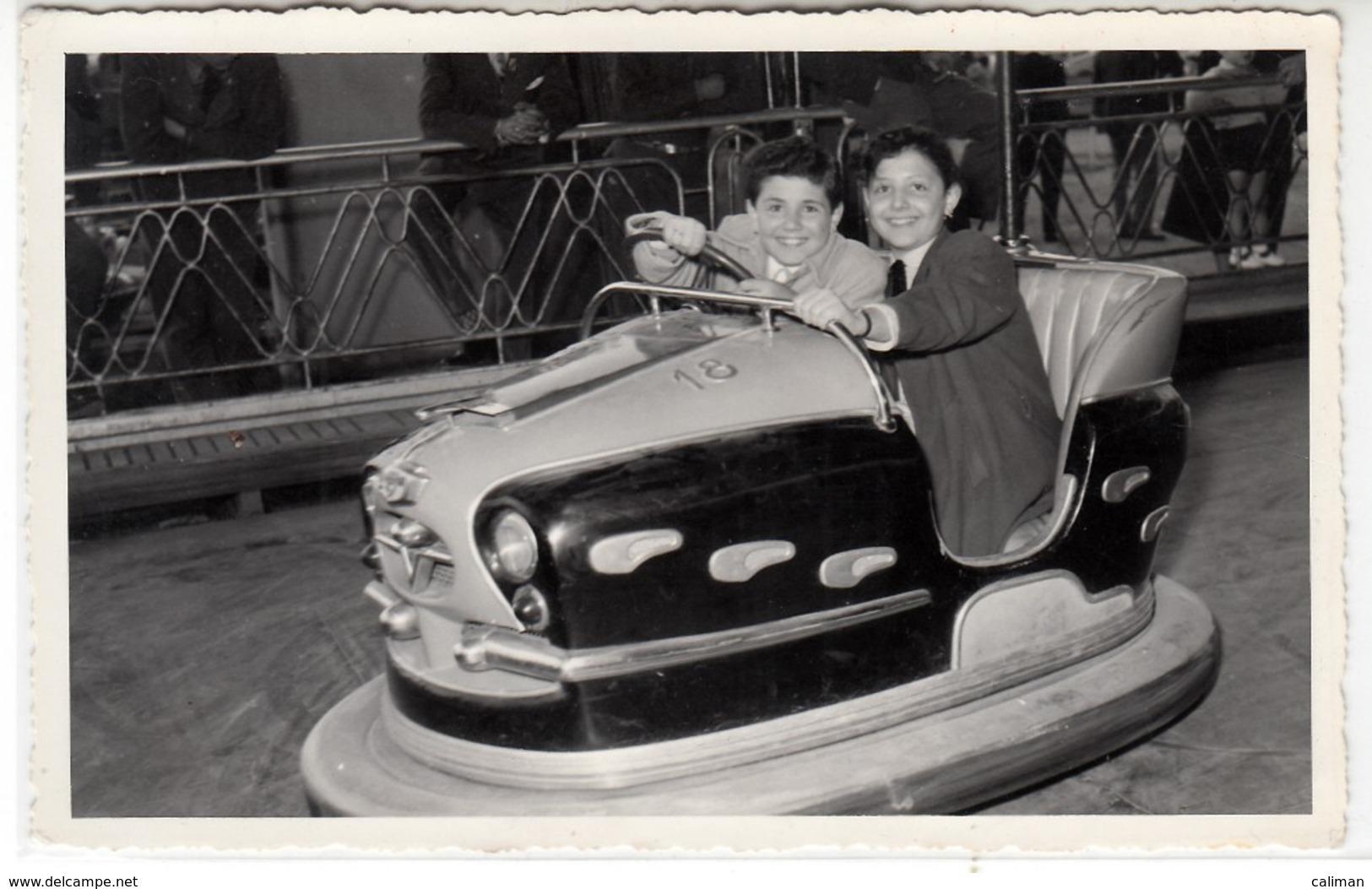 GIOSTRA LUNA PARK AUTOSCONTRO - FOTO/CARTOLINA ORIGINALE 1955 - Persone Anonimi