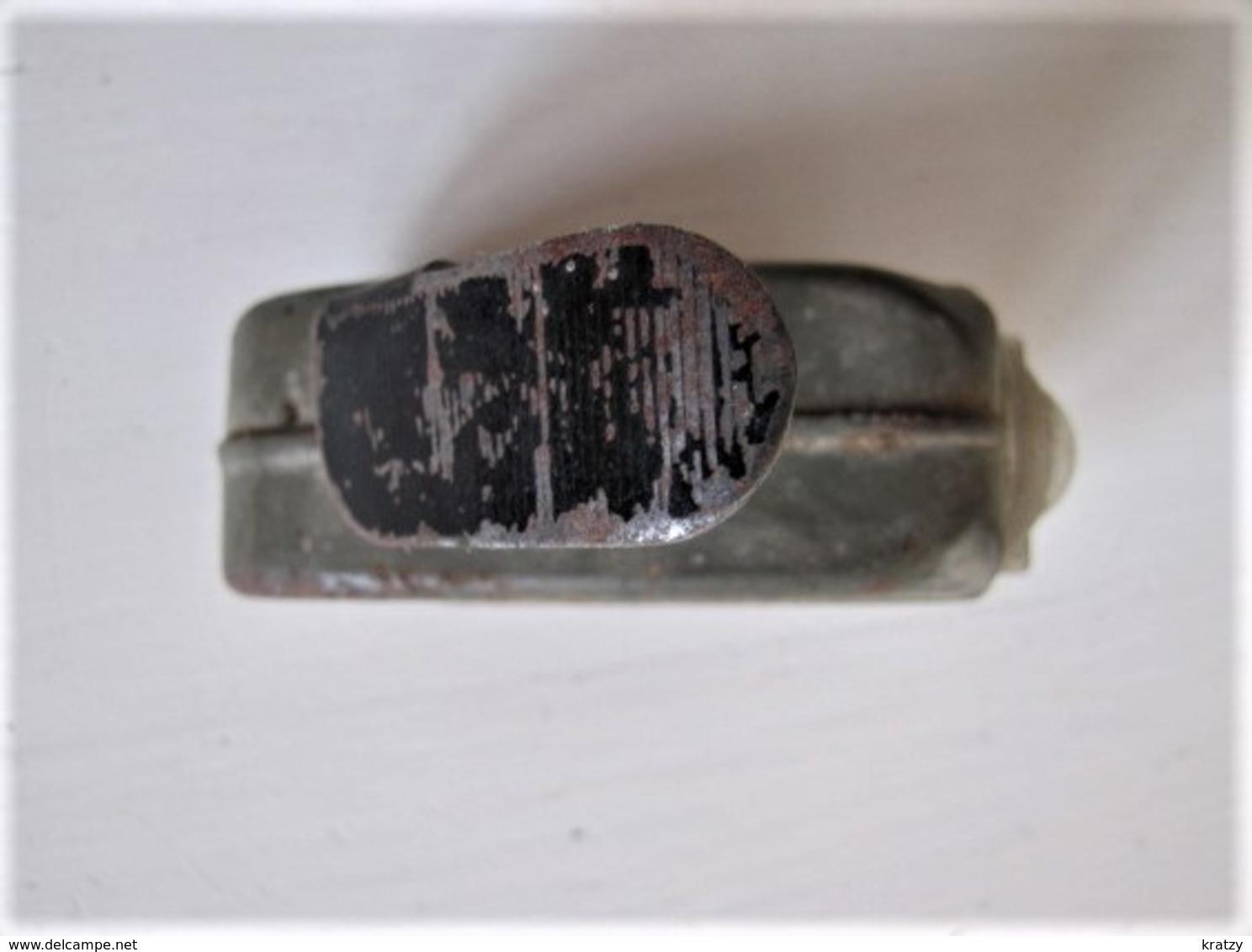 TRES VIEILLE LAMPE DE POCHE A DYNAMO - Longueur : 9 Cm. - Fonctionne - C7 - Technical