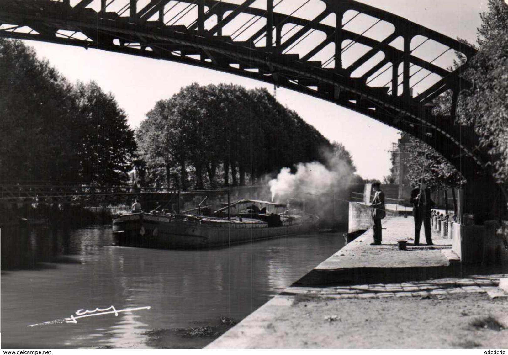 CPSM Grand Format MONTARGIS (Loiret) Les Bords Du Canal Peniche Passerelle Pecheur RV  Edition Photo J Lemosse Montargis - Montargis